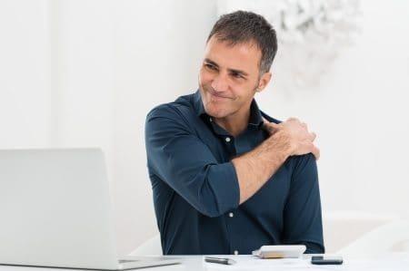 בחור עם כאב בכתף
