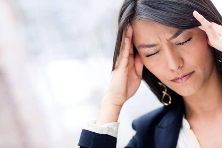 בחורה עם כאב ראש